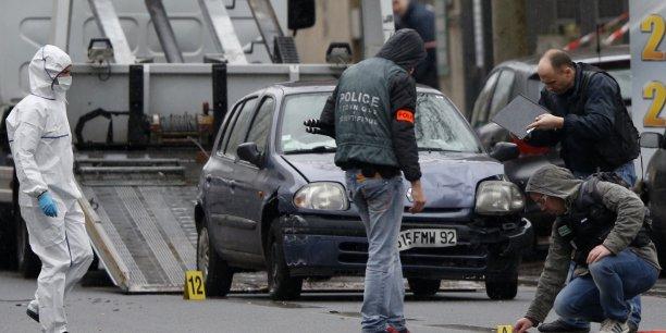 Jusqu'alors, les autorités estimaient qu'il n'y avait pas de lien établi entre les deux affaires, même si le parquet antiterroriste avait été saisi des deux dossiers.(Photo: la police scientifique sur les lieux après la fusillade, hier, jeudi 8 janvier 2015)