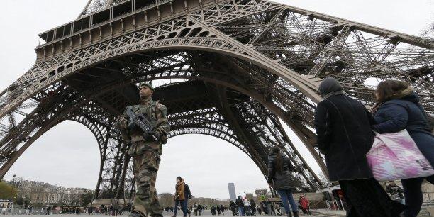 François Hollande sauve 7.500 postes dans l'armée sur les 34.000 qui doivent disparaître.