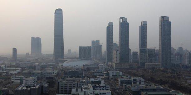 En 2005, la Corée a lancé un plan de 12 u-cities dont l'un des succès est Songdo (photo), ville entièrement nouvelle qui a pu « intégrer l'infrastructure » posée avant les immeubles.