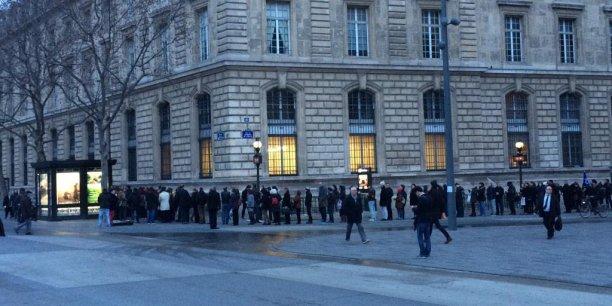 La queue phénoménale devant un kiosque, place de la République à Paris, mercredi matin.