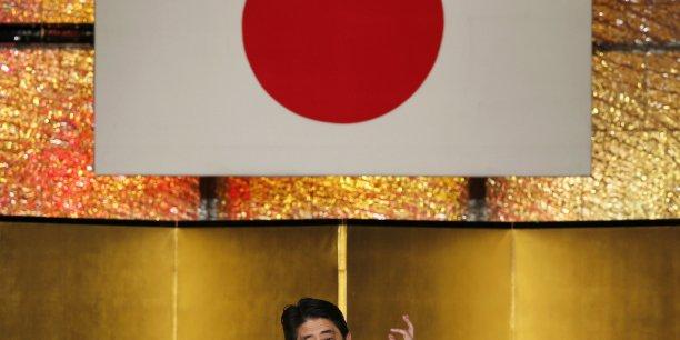 Fitch craint que la dette du Japon, qui pourrait atteindre 244% du PIB d'ici fin 2015, poursuive son envol et demande une nouvelle stratégie fiscale au cours de l'été.