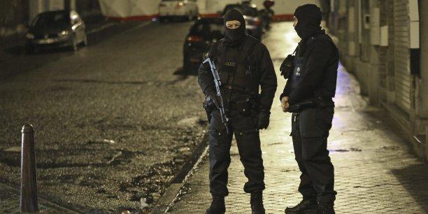 les suspects ont ouvert le feu au moyen d'armes de guerre et d'armes de poing sur la police fédérale et ont été neutralisés, selon le parquet fédéral.