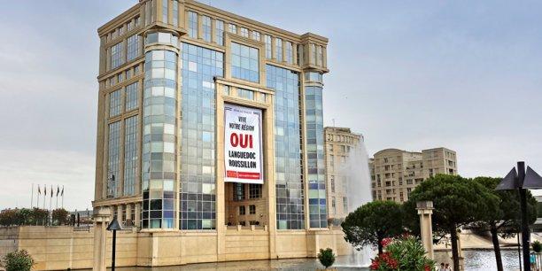 Volonté de Christian Bourquin, une banderole contre la fusion avec Midi-Pyrénées avait été déployée sur la façade de l'hôtel de Région de Montpellier