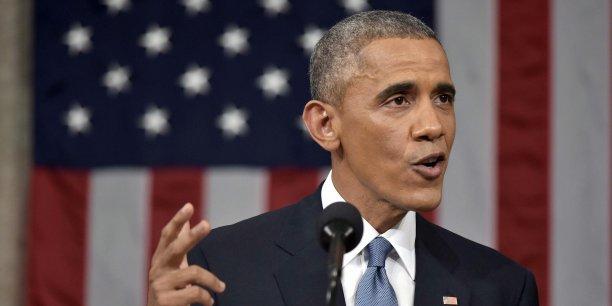 Le président américain, qui a consacré la moitié de son discours à des questions de politique étrangère, a provoqué une standing ovation des élus américains. Une quarantaine de parlementaires, majoritairement démocrates, ont levé des crayons, en référence aux caricaturistes de Charlie Hebdo.