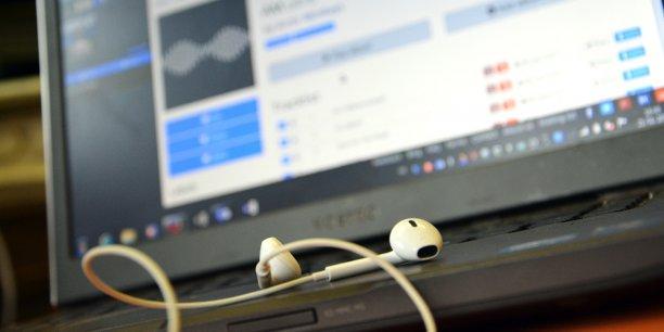 Blitzr permet d'écouter de la musique gratuite sans publicité mais aussi d'avoir accès à des biographies, discographies et un comparateur de prix permettant d'agréger les offres de nombreuses places de marché afin d'acquérir CD, vinyles, places de concerts, produits dérivés