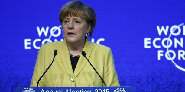A propos de la Grèce, qui vote ce dimanche, Angela Merkel a adressé un message de soutien, sans rééditer les menaces d'abandon de son ministre des Finances Wolfgang Schauble.