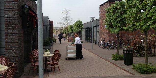 Scène de la vie ordinaire au coin du café de la place principale du Village Alzheimer des Pays-Bas qui a inspiré le projet porté par le Conseil général des Landes