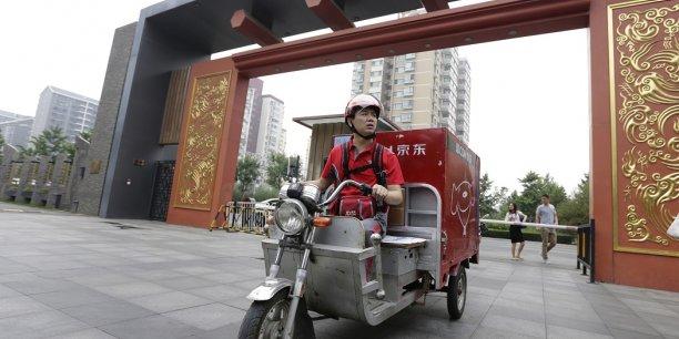 En juin 2014, le milliardaire Richard Liu enfourche un scooter de livraison pour célébrer l'anniversaire de sa compagnie, JD, créée 10 ans plus tôt.