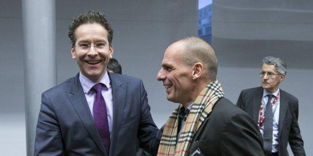 Jeroen Dijsselbloem, patron de l'Eurogroupe, et Yanis Varoufakis, ministre grec des Finances, se serrent la main à l'issue d'un sommet de l'Eurogroupe.