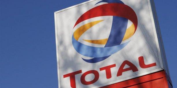 Pour faire face à l'effondrement des cours de l'or noir, Total prévoit d'abaisser le prix du baril au niveau du seuil de rentabilité du groupe.