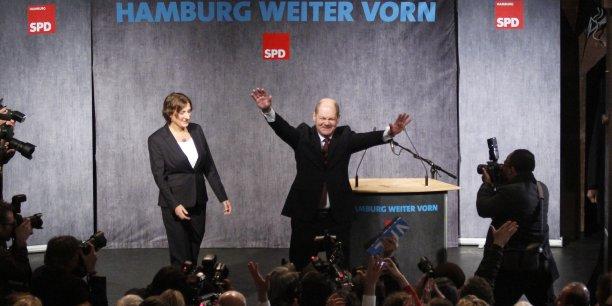 Olaf Sholz (SPD), le maire de la ville portuaire de Hambourg, a infligé une cuisante défaite à CDU. Mais cette élection signe aussi l'entrée des eurosceptiques d'AfD pour la première fois dans un parlement régional...