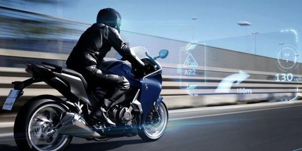 Avec le Moto Display, les informations apparaissent directement sur la route : le motard n'a plus à baisser les yeux