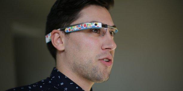 Geoffrey Vidal cofondateur de Demooz, en plein test des Google Glass