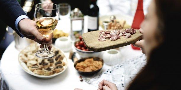 Sur VizEat, chaque habitant souhaitant devenir hôte est libre de fixer le menu, le prix, la date, l'heure et la durée du repas qu'il propose, ainsi que d'indiquer le nombre de voyageurs qu'il désire accueillir.