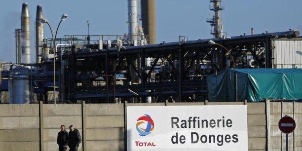 Donges est la deuxième plus grande raffinerie française de Total derrière celle de Normandie, avec une production de 219.000 barils de produits pétroliers par jour.