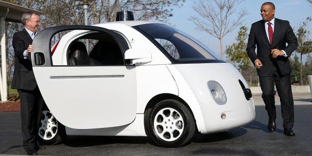 Éric Schmidt, président du conseil d'administration de Google, s'apprête à monter à bord d'un prototype de Google Car sans pilote, lors d'une démonstration au siège de la firme, à Mountain View, en Californie, le 2 février dernier.