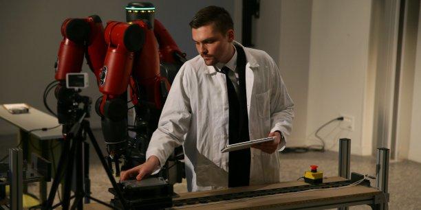 Le robot Baxter aide l'opérateur sur la chaîne d'assemblage.