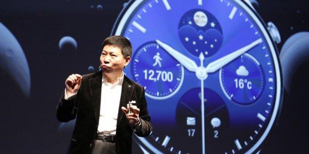 Richard Yu, le directeur général de la branche grand public de l'équipementier chinois, présentant la montre connectée Huawei Watch dimanche à Barcelone.