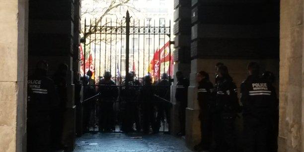 La CGT a manifesté ce matin devant le Capitole. Les forces de l'ordre ont fermé les portes de la cour.