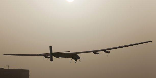 Piloté par le Suisse André Borschberg, l'appareil a  pris la direction de Mascate, la capitale d'Oman, où il est attendu en fin de journée.