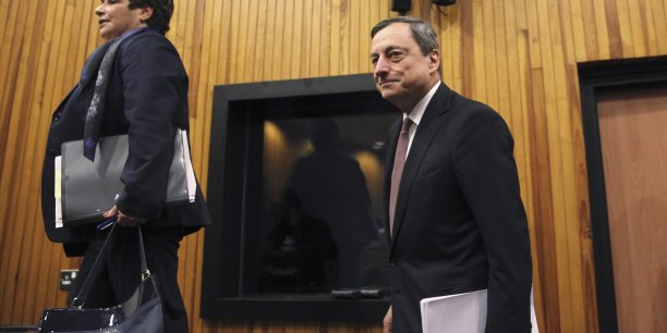 La gouverneure de la banque centrale de Chypre, Chrystalla Georgadji en compagnie du président de la BCE Mario Draghi.