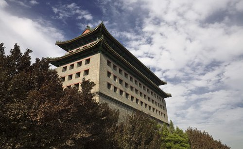 Nichée au cœur d'une tour de garde de la dynastie Ming, à Dongbianmen, la galerie s'est imposée au fil du temps comme actrice incontournable de la scène artistique contemporaine chinoise.