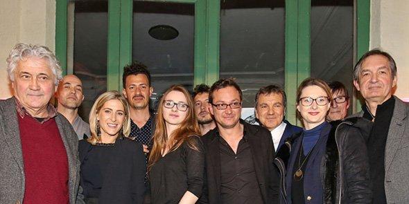 Le promoteur immobilier Thierry Aznar (4e en partant de la droite), aux côtés des artistes associés à ses programmes immobiliers. Au centre, le galeriste Numa Hambursin.