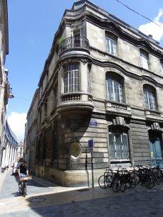 Le deuxième étage sert de référence à Bordeaux où les immeubles anciens sont moins hauts qu'à Paris.