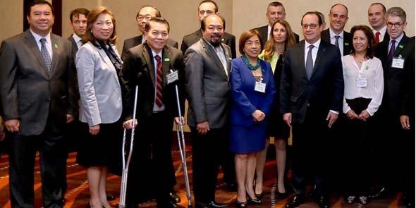 Les membres de la délégation, dont les dirigeants d'Urbasolar : Stéphanie Andrieu et Arnaud Mine, à gauche et à droite derrière François Hollande