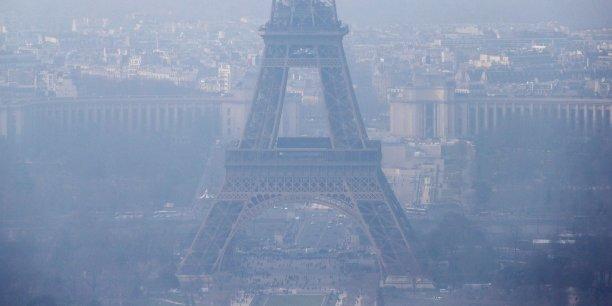Si les émissions de la plupart des polluants réglementés en France ont diminué au cours des 20 dernières années, et bien que la France dispose d'un bon réseau de surveillance de la qualité de l'air, il reste des zones où les concentrations demeurent élevées, observe la Cour des comptes.