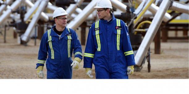 Statoil se félicite des initiatives censées renforcer la législation sur la transparence des revenus, mais ajoute qu'il serait bon de mettre en place des normes mondiales à ce sujet (photo: le ministre norvégien de l'Energie et du Pétrole, Ola Borten (à dr.) et le président de Statoil Canada, Lars Christian Bacher visitent le site d'exploitation de sables bitumineux de Statoil près de Conklin, dans l'Alberta, le 3 novembre 2011.)