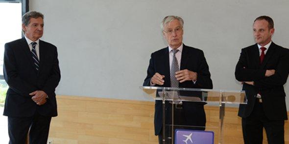 Cyril Reboul (à gauche) laisse la direction de l'aéroport de Montpellier à Emmanuel Brehmer (à droite), à côté de Joël Rault (président du conseil de surveillance).
