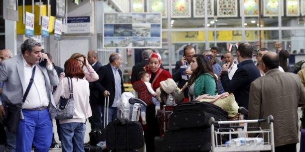 Alors que la situation s'aggrave de jour en jour dans ce pays pauvre de la péninsule arabique, plus de 200 employés de l'ONU, d'ambassades et de sociétés étrangères ont quitté samedi après-midi l'aéroport de Sanaa, a déclaré à l'AFP une source humanitaire, sans préciser leur nationalité ou leur destination.