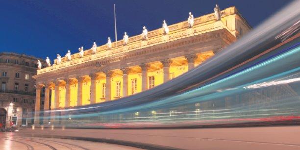 Bordeaux d'hier et d'aujourd'hui: le Grand Théâtre de Bordeaux et, en premier plan, le tramway – dans un an,  les Bordelais pourront payer leur ticket avec leur mobile.