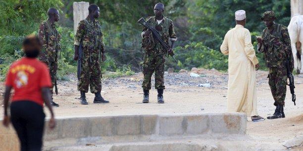 Des membres des forces armées kenyanes gardent l'entrée de l'hôpital dans lequel sont soignées les blessés lors de l'attaque de l'université.