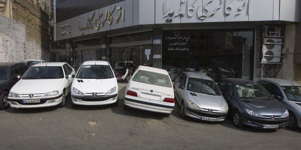 Des Peugeot 405 et 206 en vente dans une concession iranienne. Livrées en kit, elles ont été assemblée en Iran par Irankhodro.