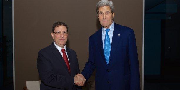 Le département d'État avait annoncé jeudi 9 avril la rencontre mémorable entre John Kerry et Bruno Rordriguez, avant de diffuser sur Twitter une photo de la poignée de main historique, les deux hommes regardant fixement l'objectif, sans sourire.