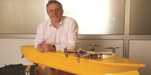 Marco Calcamuggi, PDG de R&Drone, devant la palette des drones que peut réaliser sa société (terre, mer, air)
