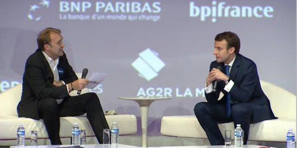 Emmanuel Macron interrogé par le directeur de la rédaction de la Tribune Philippe Mabille, lors de la soirée lundi soir du Prix La Tribune du jeune entrepreneur.