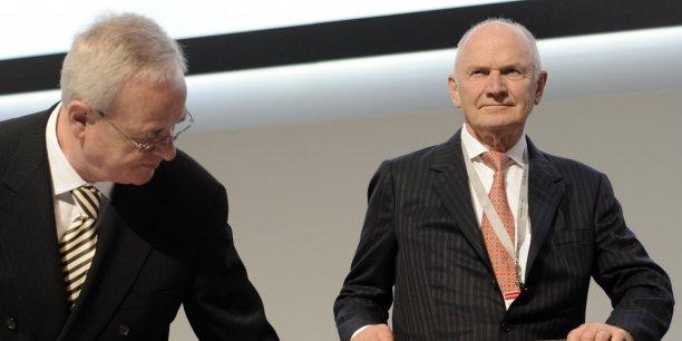 Martin Winterkorn (à gauche) prend un siège que lui tend Ferdinand Piëch.
