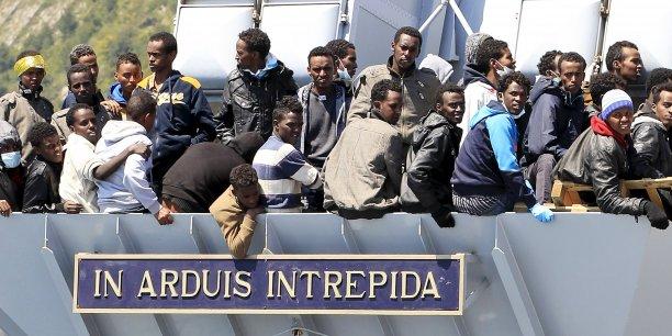 Jean-Claude Juncker a indiqué que les dirigeants européens avaient annoncé une hausse de leurs contributions, avec plus de navires qui vont patrouiller en Méditerranée, mais aussi des avions, des hélicoptères  et du personnel.