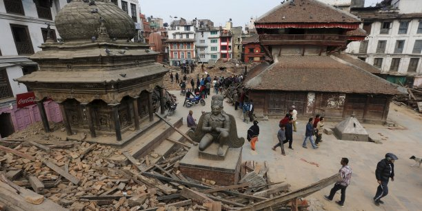 Deux Français sont morts dans le tremblement de terre népalais le plus meurtrier depuis quatre-vingt ans. 560 Français manqueraient encore à l'appel, selon le ministre des Affaires étrangères.
