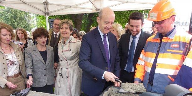 De gauche à droite, Nathalie Mémoire, les députées PS Michèle Delaunay et Sandrine Doucet, avec Alain Juppé (UMP) à la truelle sous le regard de Fabien Robert, son adjoint à la mairie en charge de la culture.