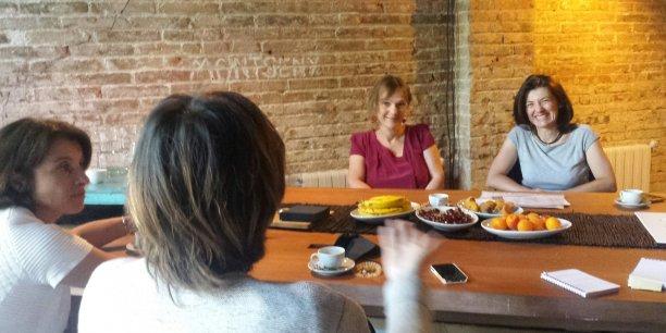 Pascale Rousseau-Poirier, Laura Strelezki (de dos), Valérie Andrivet et Karine Marin racontent leur expérience d'entrepreneure à Barcelone.