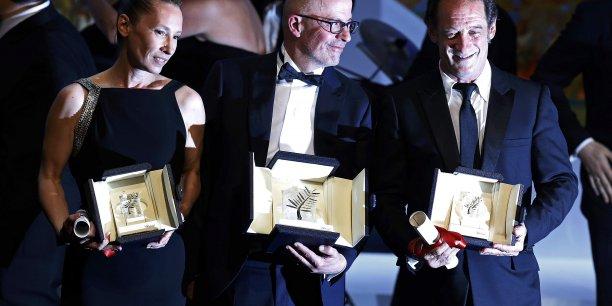 Jacques Audiard (au centre), Palme d'or pour Dheepan avec l'actrice Emmanuelle Bercot et l'acteur Vincent Lindon, récompensé pour La loi du marché