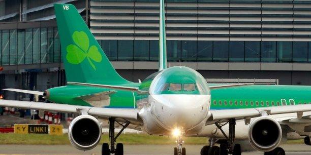 Le rachat d'Aer Lingus par IAG fait débat en Irlande, des responsables politiques et syndicaux ayant émis des craintes quant à ses éventuelles conséquences sociales.