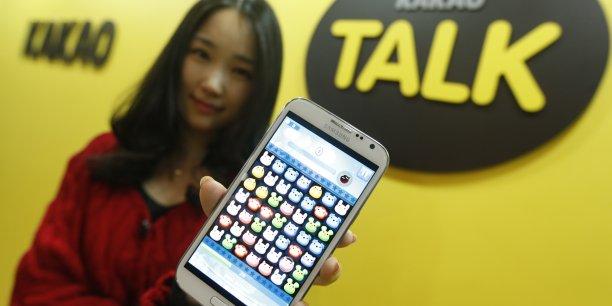 Kakao Talk, qui a récemment fusionné avec le portail internet Daum, a étendu sa popularité grâce à ses fameux émoticônes et autocollants.
