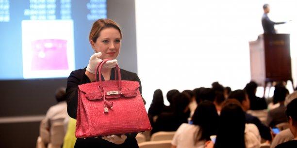 Un sac à main rose en peau de crocodile avec des finitions en or 18 carats et en diamants a été vendu 1,72 million de dollars de Hong Kong à un acheteur asiatique.