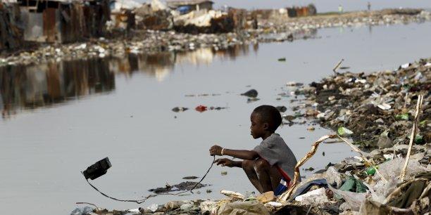Après le séisme de magnitude 7 qui a frappé Haïti le 12 janvier 2010, les autorités haïtiennes ont dénombré 300.000 morts (chiffres contestés depuis par l'USAID dont l'estimation, de 46.000 à 85.000 personnes, reste néanmoins considérable) et 1,5 million de sans-abri  (880.000 selon USAID).