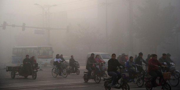 Brume brunâtre qui enveloppe le paysage - le smog -, visibilité réduite à 10 mètres, odeurs âcres qui prennent la gorge... la ville de Xingtai.
